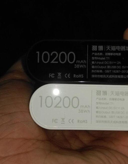 Có thể cầm gọn trên tay cùng lúc 2 cục pin sạc dự phòng Yoobao T1, trắng, đen