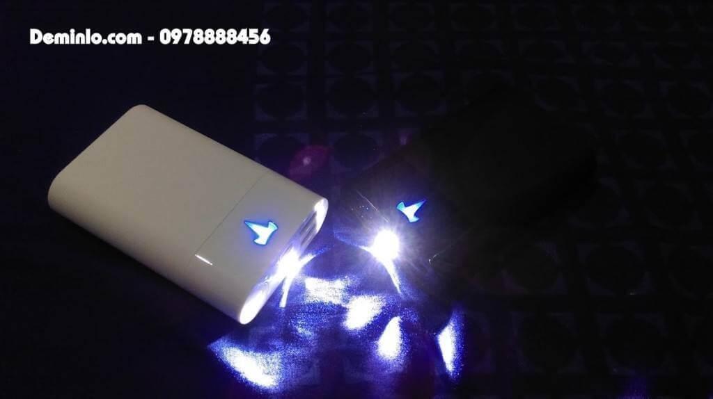 Đèn Pin và đèn logo Tesla của 2 mẫu pin Yoobao T1 Đen, Trắng rất sang trọng và phong cách